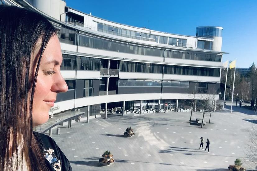 Josefin fångar några solstrålar från plan 7. Blickatorget ekar nästan helt tomt på studenter. En märklig upplevelse i mitten av mars.