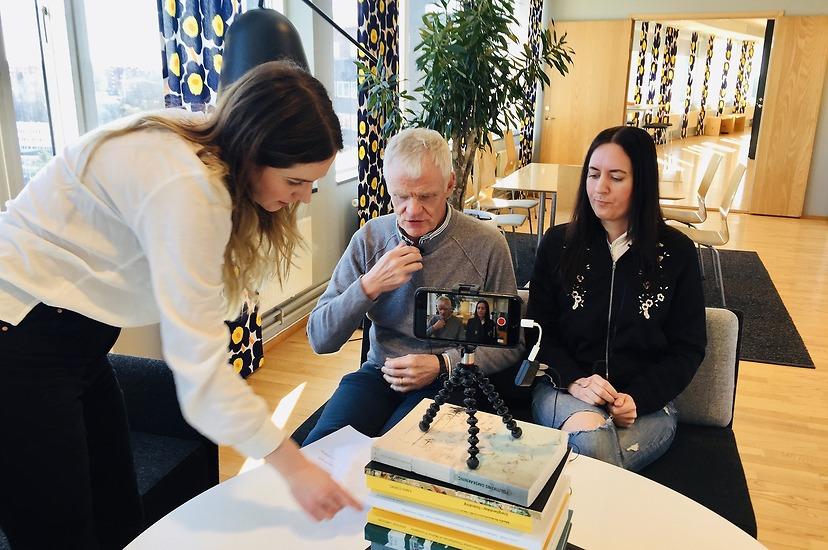 Bakom kulisserna när rektor Gustav Amberg och SöderS ordförande Josefin Stern spelar in en videohälsning till alla studenterna. Se filmen på sh.se