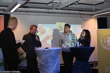 Panelsamtal. Oskar Mattsson Wiik, Lars Vigerland, Jens Dang och Jasmine Hamidi står på scenen.