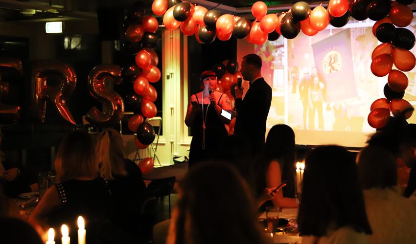 Daniella Synnerud, bokningsansvarig i SöderS Pub, och Oskar M Wiik, studentkårens ordförande, är konferencierer på SöderS Föreningsgasque 2018.