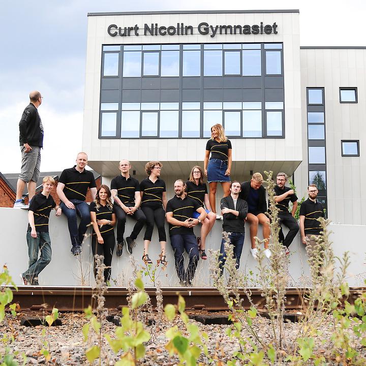Elever på CNG sitter utanför huset Bildningen, gymnasium i Finspång