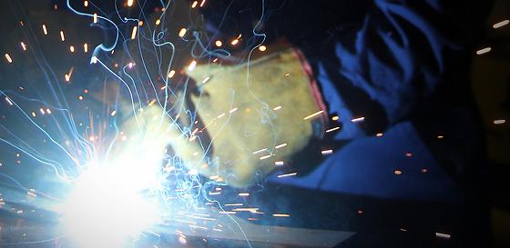 Elev som jobbar med svetsning på Industritraineeprogrammet på Siemens Energy, Curt Nicolin Gymnasiet i Finspång