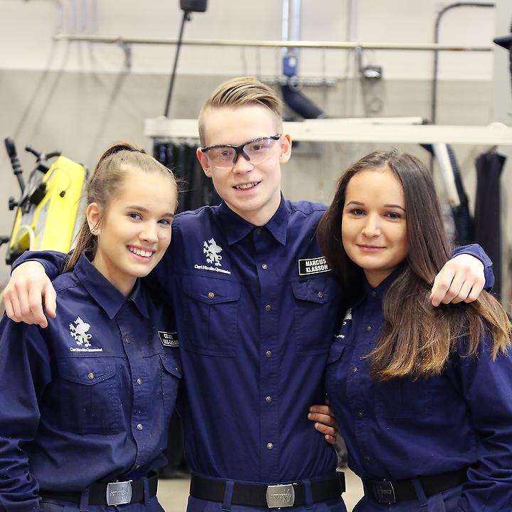 Elever på Curt Nicolin Gymnasiet i Finspång som står tillsammans i verkstaden