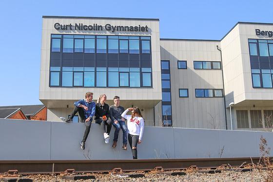Elever på CNG i Finspång utanför huset Bildningen