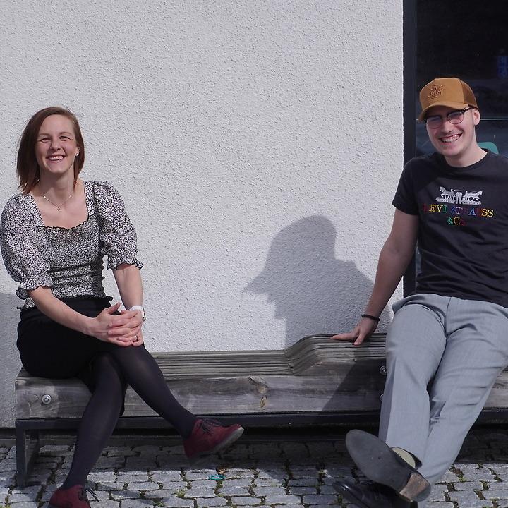 Jendela och Vincent sitter utanför gymnasiet CNG i Finspång