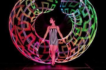 Funnybones Production - Buket Rin gör makalöst Hula Hoop-nummer med LED-hoops för middagsunderhållning