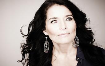 Agneta Sjödin kan du boka som programledare eller konferencier via Funnybones Production